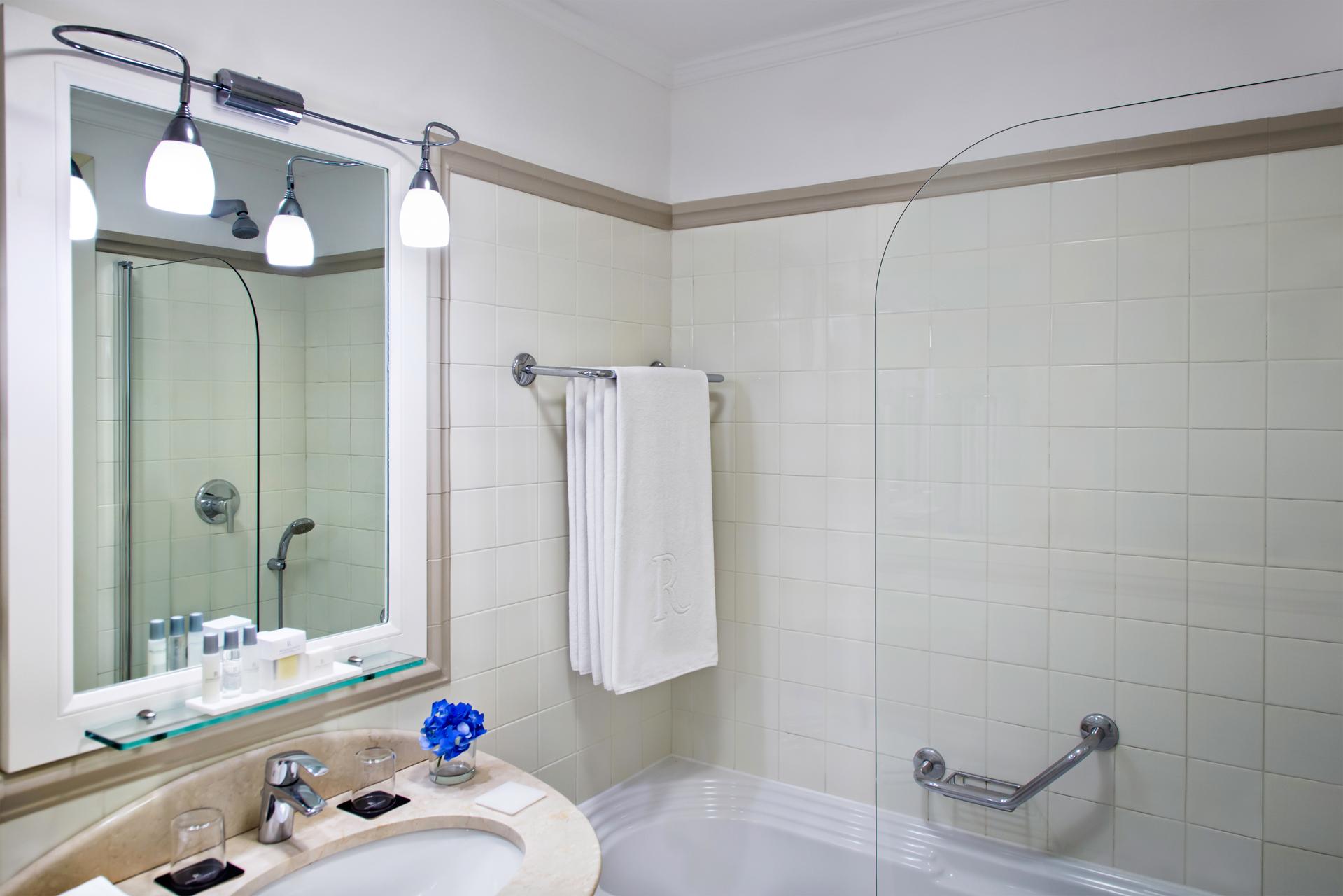 RH_NAPBR_deluxe_twin_bathroom